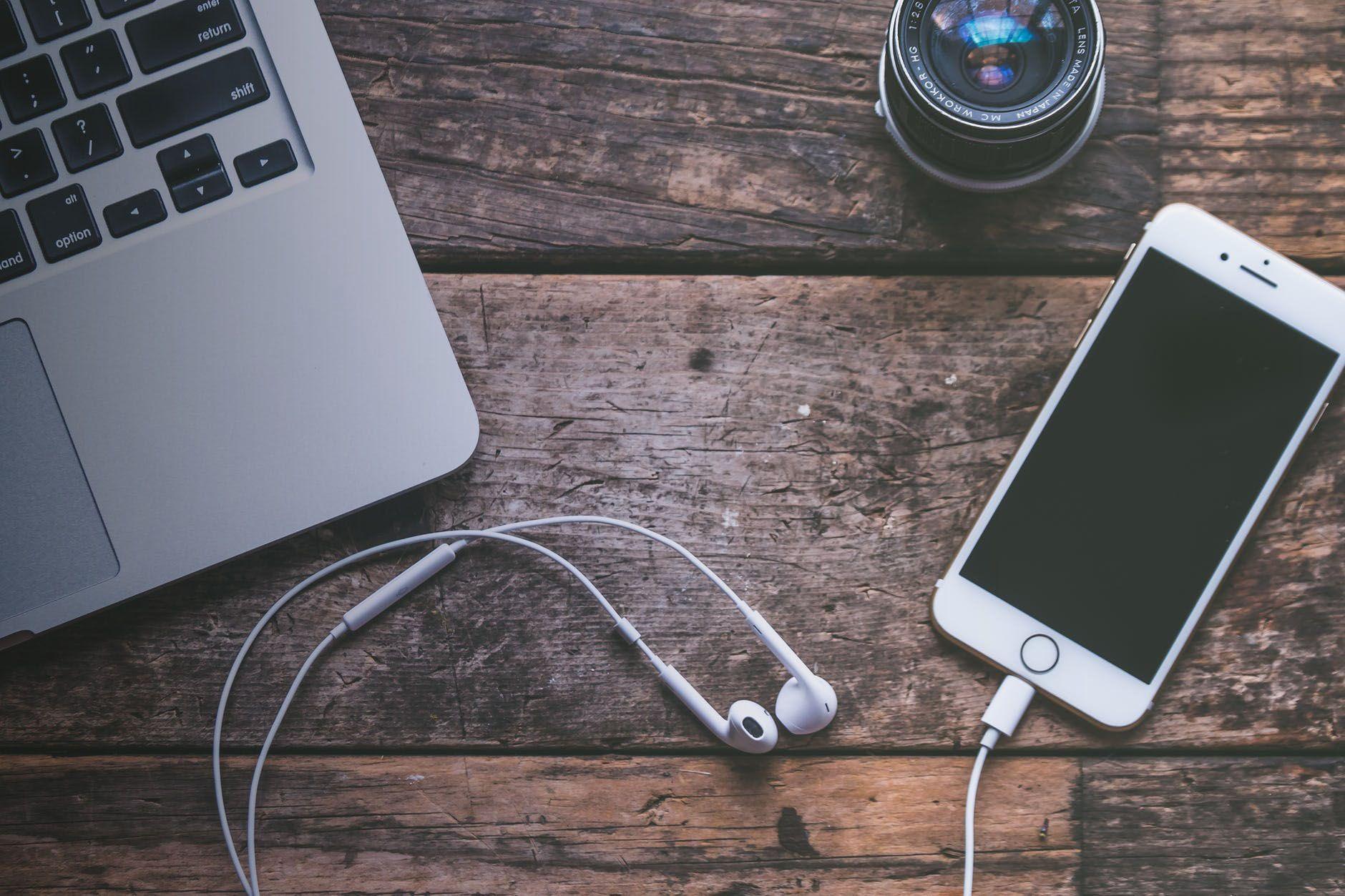 celular con audífonos en una mesa