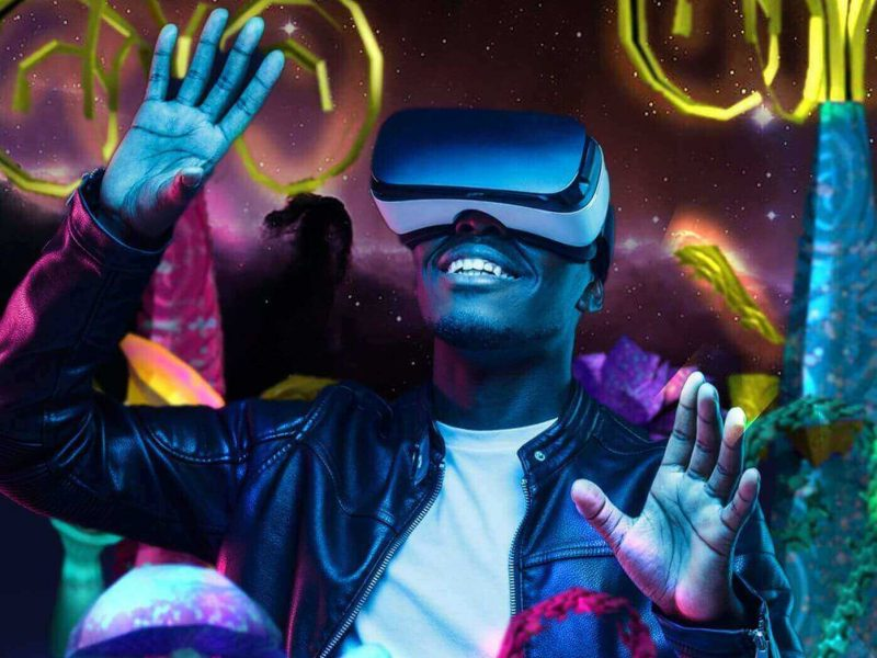 Persona usando un dispositivo de realidad aumentada para sumergirse en un mundo completamente diferente creado por Creantelab