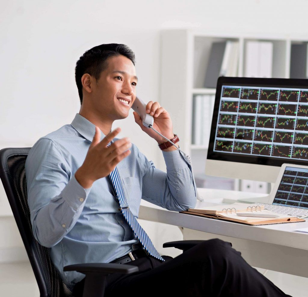 Persona de camisa azul hablando por el teléfono de su oficina