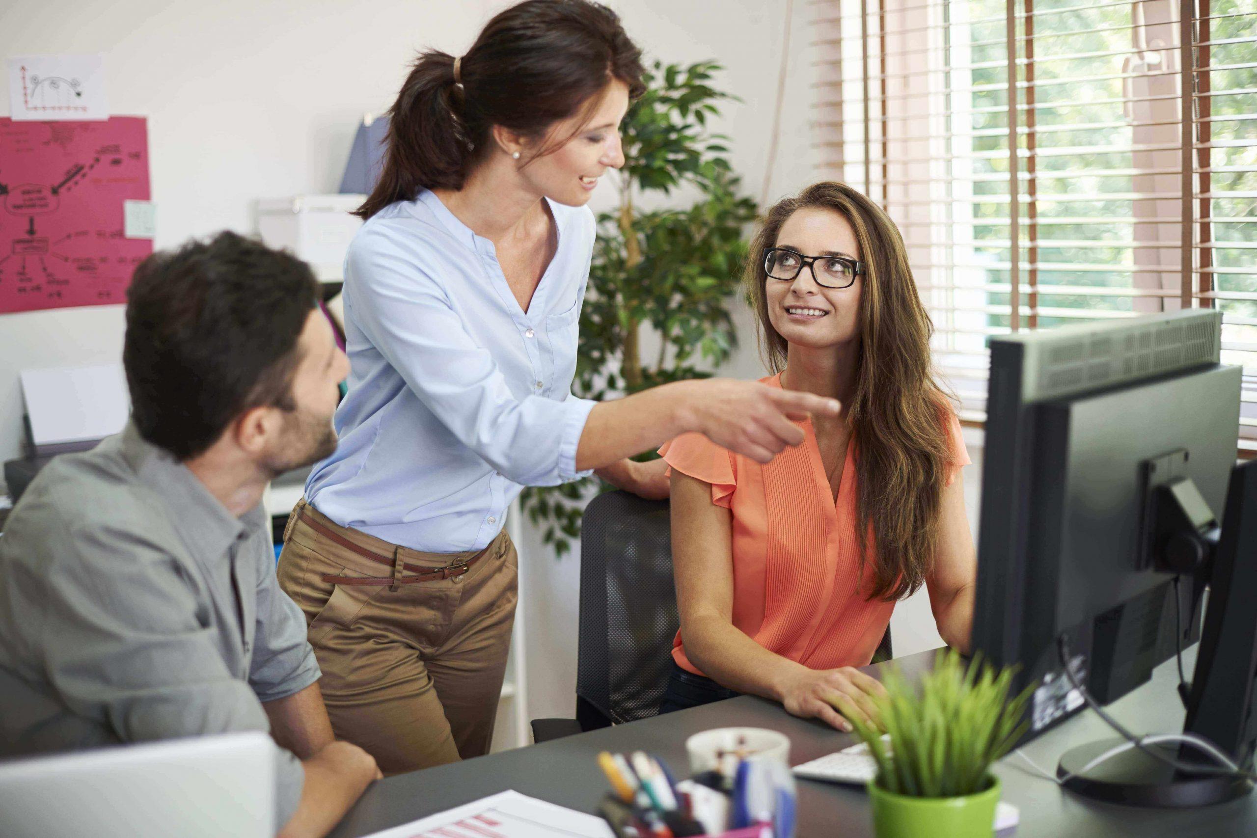 Personas trabajando en una oficina dando ideas